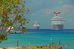 Stora kryssningskepp som ansluter på George Town, Caymanöarna med rengöringfrikändvatten royaltyfri bild