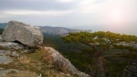 Stora kullersten och ensamt träd som är höga på ett berg royaltyfri bild