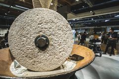 Stora kvarnstenar maler stenhjulet inom den moderna Fico Eataly världsbyggnaden Arkivfoto