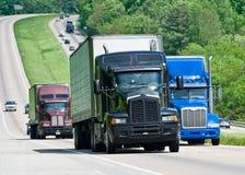 Stora lastbilar på den mellanstatliga huvudvägen Arkivfoto