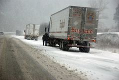 Stora lastbilar slåss en vinterstorm Arkivbilder