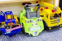 Stora leksakbilar på golvet arkivbilder