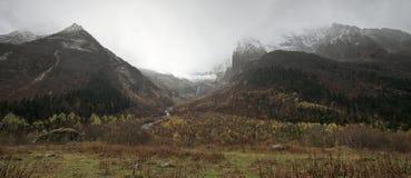 stora liggandebergberg Arkivbild