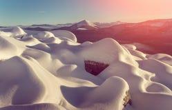 stora liggandebergberg alps räknade trän för vintern för schweizare för snow för husplatsen lilla Fantastiskt glödande solljus Arkivbild