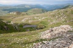 stora liggandebergberg Bergby i de rumänska Carpathiansna Fotografering för Bildbyråer