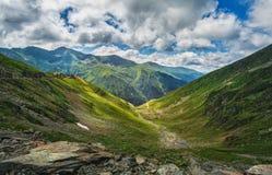 stora liggandebergberg carpathian berg romania Närliggande Transfagarasan för klippor väg Royaltyfria Foton