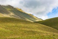 stora liggandebergberg Georgia Kaukasus Arkivfoton