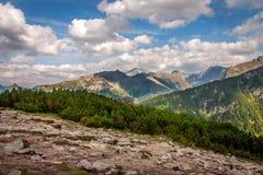 stora liggandebergberg höga poland tatras Arkivfoton