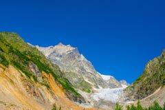 stora liggandebergberg Kaukasus Svanetia, Ushguli, Ushba, Georgia Royaltyfri Bild