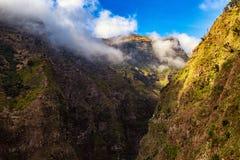 stora liggandebergberg Sikt av berg nära den Funchal staden Madeiraö, Portugal, Europa arkivbild