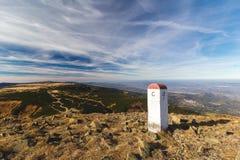 stora liggandebergberg Statlig gräns för gränsövergång mellan Polen och tjecken i berg Arkivfoto