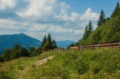 stora liggandebergberg Ukrainare Carpathians vid en ljus solig dag Arkivfoton