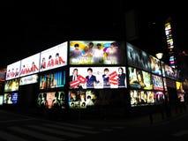 Stora ljusa annonser för alla lokala värdfolkklubbor arkivbilder