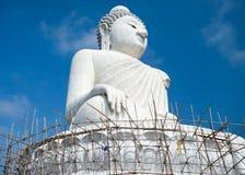 Stora 45 mäter Buddhamonumentet av den Phuket ön i thailändskt Arkivfoton