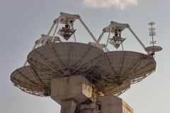 Stora marin- paraboliska satelliter arkivfoton