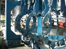 Stora metalldelar gjuter i industriell fabrikstillverkning arkivbild