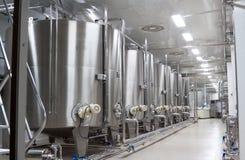 Stora metallvats för jäsning av vinfabriken arkivbild