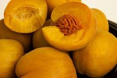 Stora mogna på burk persikor Fotografering för Bildbyråer