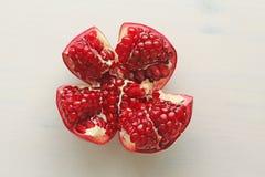 Stora mogna röda Granet eller granatrött Frukter av den röda mogna granatäpplet på Royaltyfri Bild