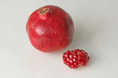 Stora mogna röda Granets eller granatrött Frukter av den röda mogna granatäpplet Royaltyfri Fotografi