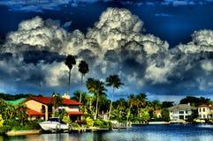 Stora moln över fjärden Arkivfoto