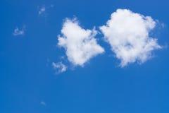 Stora moln på den blåa himlen Arkivfoton