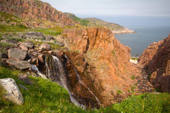 Stora nordliga härliga vattenfall på kusten Royaltyfri Bild
