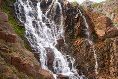 Stora nordliga härliga vattenfall på kusten Arkivfoton