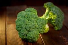 Stora och mogna broccoliflorets på trätabellen Arkivbild