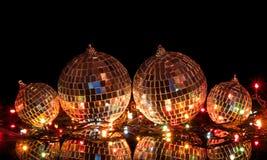 Stora och små julbollar med spegeln ytbehandlar Arkivfoton