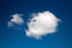 Stora och små vita moln på ljus blå himmel Royaltyfri Fotografi