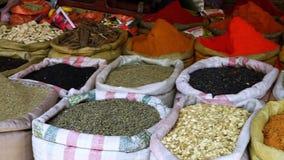 Stora påsar av kryddor i en marknad arkivfilmer