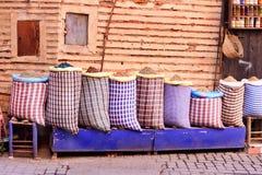 Stora påsar med örter och kryddor i medina av Marrakesh morocco arkivbilder