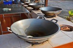 Stora pannor för att laga mat på ugnarna Royaltyfria Foton