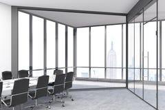 Stora panorama- fönster och dörrar hyr rum med en konferenstabell fotografering för bildbyråer