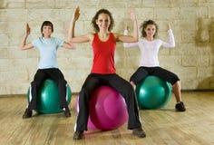 stora placera kvinnor ut för bollar som fungerar barn Royaltyfri Fotografi