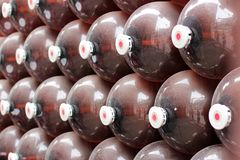 Stora plast- kaggar för öl, tom ställning i rad ölkaggar som är plast- på 30 liter ölbakgrund för stång eller bar royaltyfria bilder