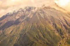 Stora Plume Of Ash And Steam från Tungurahuaen Royaltyfri Fotografi