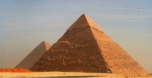 Stora pyramider av den Giza platån på skymning Arkivfoto