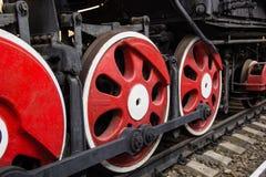 Stora röda hjul av den gamla ångamotorn Royaltyfri Foto