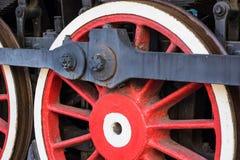 Stora röda hjul av den gamla ångamotorn Royaltyfria Bilder