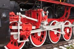 Stora röda hjul av den gamla ångamotorn för tappning Royaltyfria Bilder
