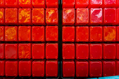 Stora röda plast-kuber som staplas i beställning ljus red Royaltyfria Foton
