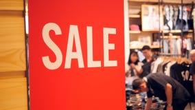 Stora röda Sale undertecknar in shoppinggalleriamitten Köpande kläder för folk med rabatter Svart fredag begrepp 4K lager videofilmer