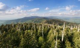 Stora rökiga berg för sikt uppifrån - Arkivfoto