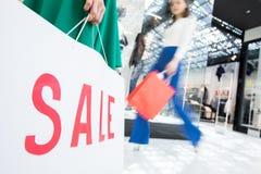Stora rabatter i modediversehandel Arkivbilder