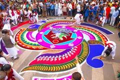 Stora Rangoli Modell som skapas på golvet genom att använda färgade pulver royaltyfria bilder