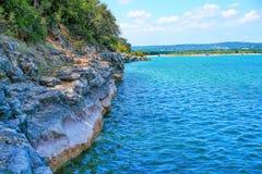 Stora Rocky Cliffs av sjön Travis Royaltyfria Foton