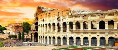 Stora Rome, panoramautsikt med Colosseo över solnedgång arkivbilder