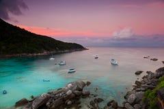 Stora rosa färg fördunklar på soluppgången över havet. Royaltyfri Fotografi